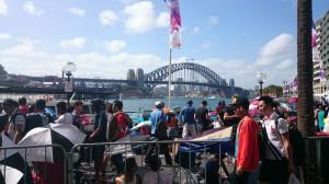 På nyårsafton var vi i Sydney. Det här är Sydney harbour bridge, en jättestor bro. Det var massor av folk i Sydney för att fira nyår.