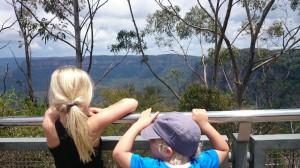 Ture och jag kikar ut över bergen.