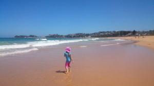 Här är jag på stranden och leker. Det var väldig höga vågor i havet i Australien.