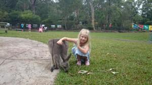 Här är jag när jag klappar en bebiskänguru. Sedan matade vi den, det var jätteroligt.