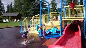 Vi var på ett stort bad i Hanmer springs där vi lekte i lekpark där det sprutade mycket vatten.